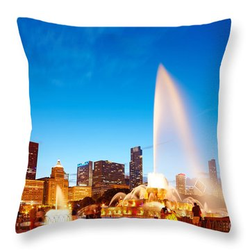 Buckingham Fountain And Downtown Chicago Skyline At Twilight - Grant Park Chicago Illinois Throw Pillow