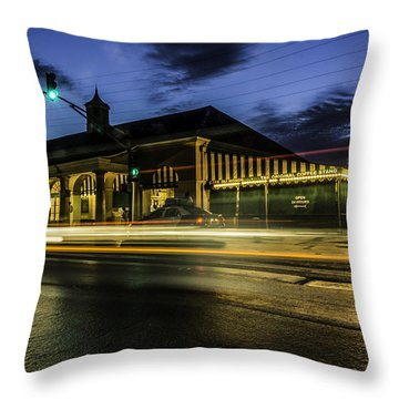 Cafe Du Monde, New Orleans, Louisiana Throw Pillow