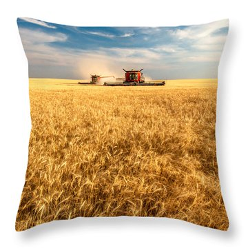 Combines Cutting Wheat Throw Pillow