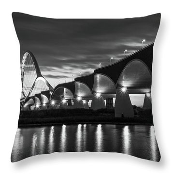 De Oversteek Throw Pillow