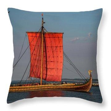 Draken Harald Harfagre Throw Pillow