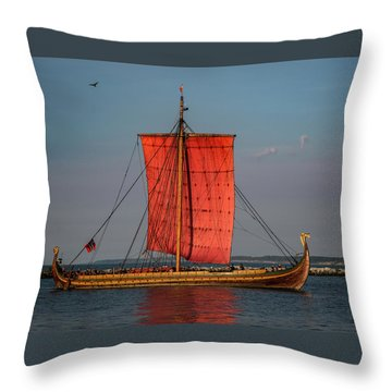 Draken Harald Harfagre Throw Pillow