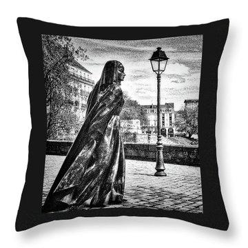 Duchesse Anne Throw Pillow