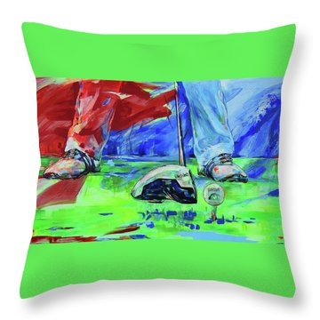 Einen Ball Vom Abschlag Spielen   Ready To Drive Off The Tee Throw Pillow