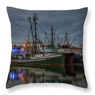 Throw Pillow featuring the photograph Full House 2 by Randy Hall