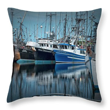 Throw Pillow featuring the photograph Full House by Randy Hall