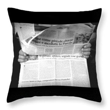 #giovani #sognare #grande #giornale Throw Pillow