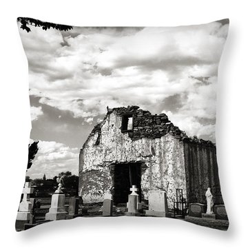 Iglesia Cementerio Throw Pillow