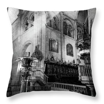 Light Ray In Lugo Cathedral Bw Throw Pillow
