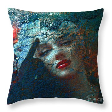 Marilyn Str. 1 Throw Pillow