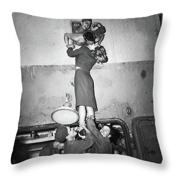 Marlene Dietrich Kissing Soldier Returning From Ww2 1945 Throw Pillow