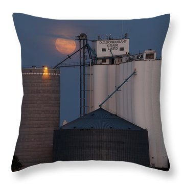 Moonrise At Laird -01 Throw Pillow