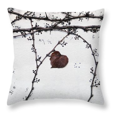 nature art photograph - Lonely Heart Leaf Throw Pillow