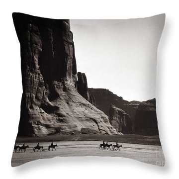 Navajos: Canyon De Chelly, 1904 Throw Pillow