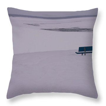 No Viene Nadie... Throw Pillow