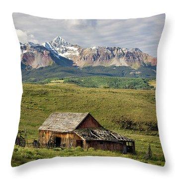 Old Barn And Wilson Peak Horizontal Throw Pillow