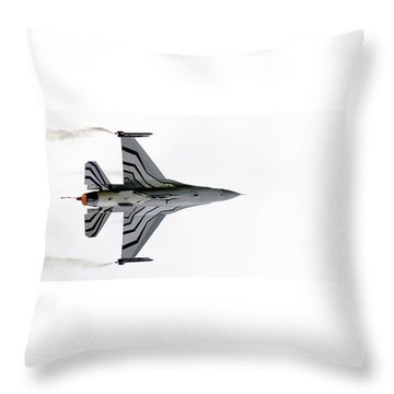 Raf Scampton 2017 - F-16 Fighting Falcon On White Throw Pillow
