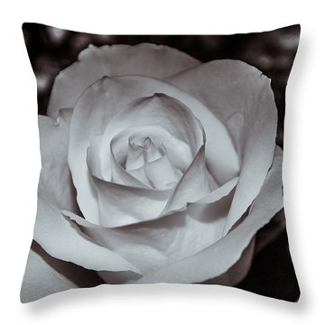 Rose B/w - 9166 Throw Pillow