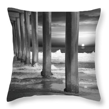 Scripps Pier At Sunset - Black And White Throw Pillow