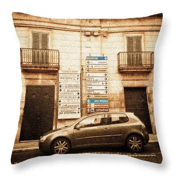 Segnali Stradali Throw Pillow