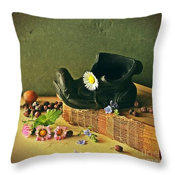 Still Life With Daises Throw Pillow
