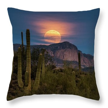 Super Moon 2018 - Wolf Moon  Throw Pillow