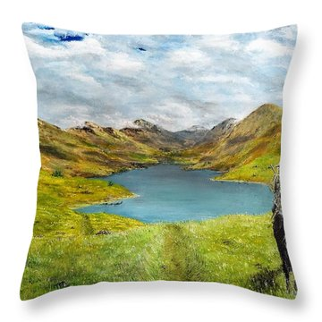 Tracking Niseag Throw Pillow