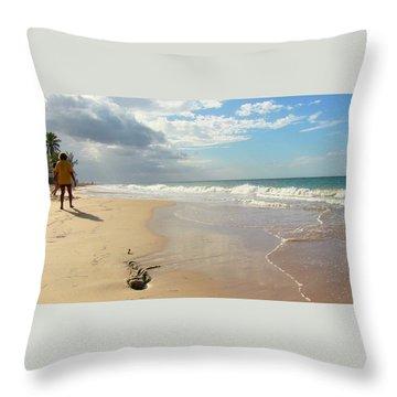 Un Paseo En La Playa Throw Pillow