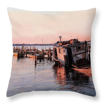 Un Relitto Throw Pillow