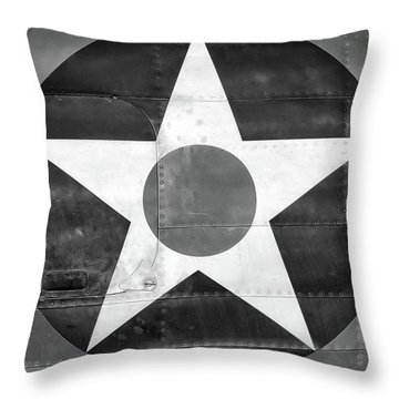 Us Roundel, In Black And White - 2017 Christopher Buff, Www.aviationbuff.com Throw Pillow