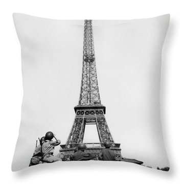 Us Soldiers Viewing Eiffel Tower - Paris Liberation - 1944 Throw Pillow