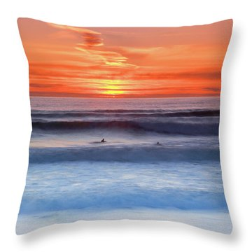 Wind Surfers Waiting For The Next Wave, Summerleaze Beach, Bude, Cornwall, Uk Throw Pillow