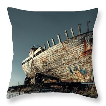 Schnee Throw Pillows