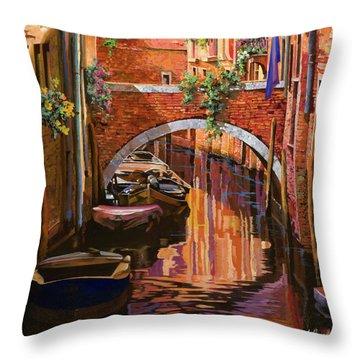 pennellate viola a Venezia Throw Pillow