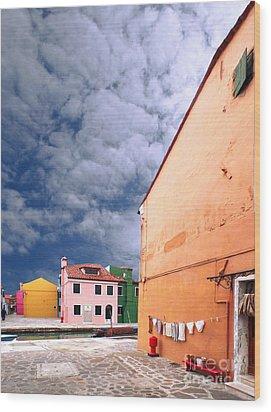 Burano 07 Wood Print by Giorgio Darrigo
