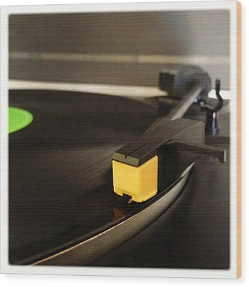 Record Player Wood Print by Les Cunliffe