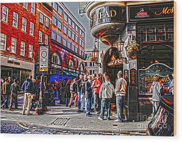 Streetlife In London Wood Print by Patricia Hofmeester