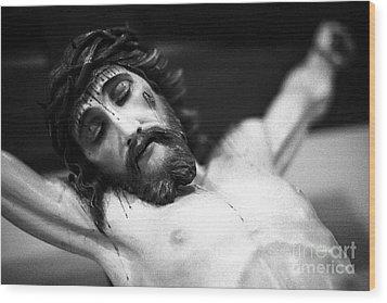 Jesus On The Cross Wood Print by Gaspar Avila