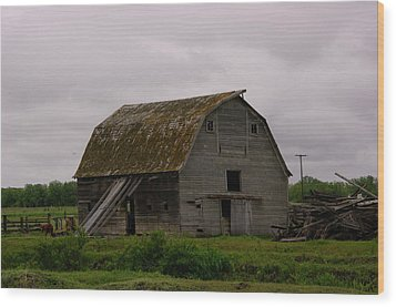 A Barn In Northern Montana Wood Print by Jeff Swan