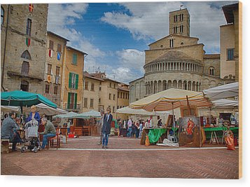 Wood Print featuring the photograph Arezzo Market Day by Uri Baruch