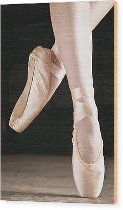 Ballet Dancer En Pointe Wood Print by Don Hammond