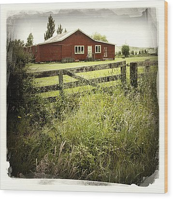 Barn In Field Wood Print by Les Cunliffe
