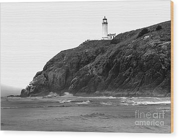 Beach View Of North Head Lighthouse Wood Print by Robert Bales