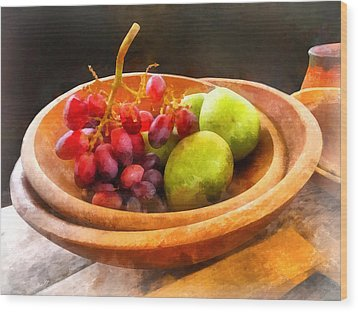 Bowl Of Red Grapes And Pears Wood Print by Susan Savad
