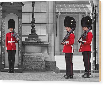Buckingham Palace Guards Wood Print