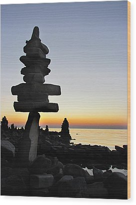 Cairns At Sunset At Door Bluff Headlands Wood Print by David T Wilkinson