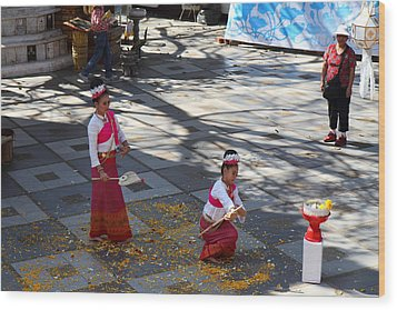 Child Performers - Wat Phrathat Doi Suthep - Chiang Mai Thailand - 01131 Wood Print by DC Photographer