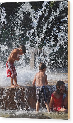 Children In The Fountain Wood Print