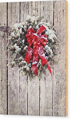 Christmas Wreath On Barn Door Wood Print by Stephanie Frey