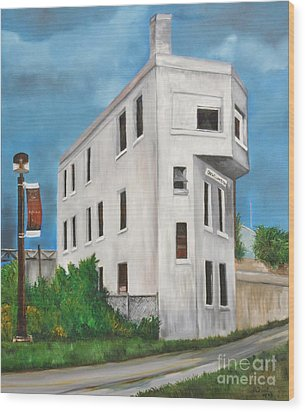 Cn Wellington Control Tower Wood Print by Reb Frost